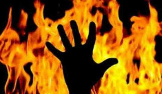मऊ घोसी के सांसद पर दुष्कर्म का आरोप लगाने वाली छात्रा और उसके साथी ने सुप्रीम कोर्ट के बाहर खुद को लगाई आग
