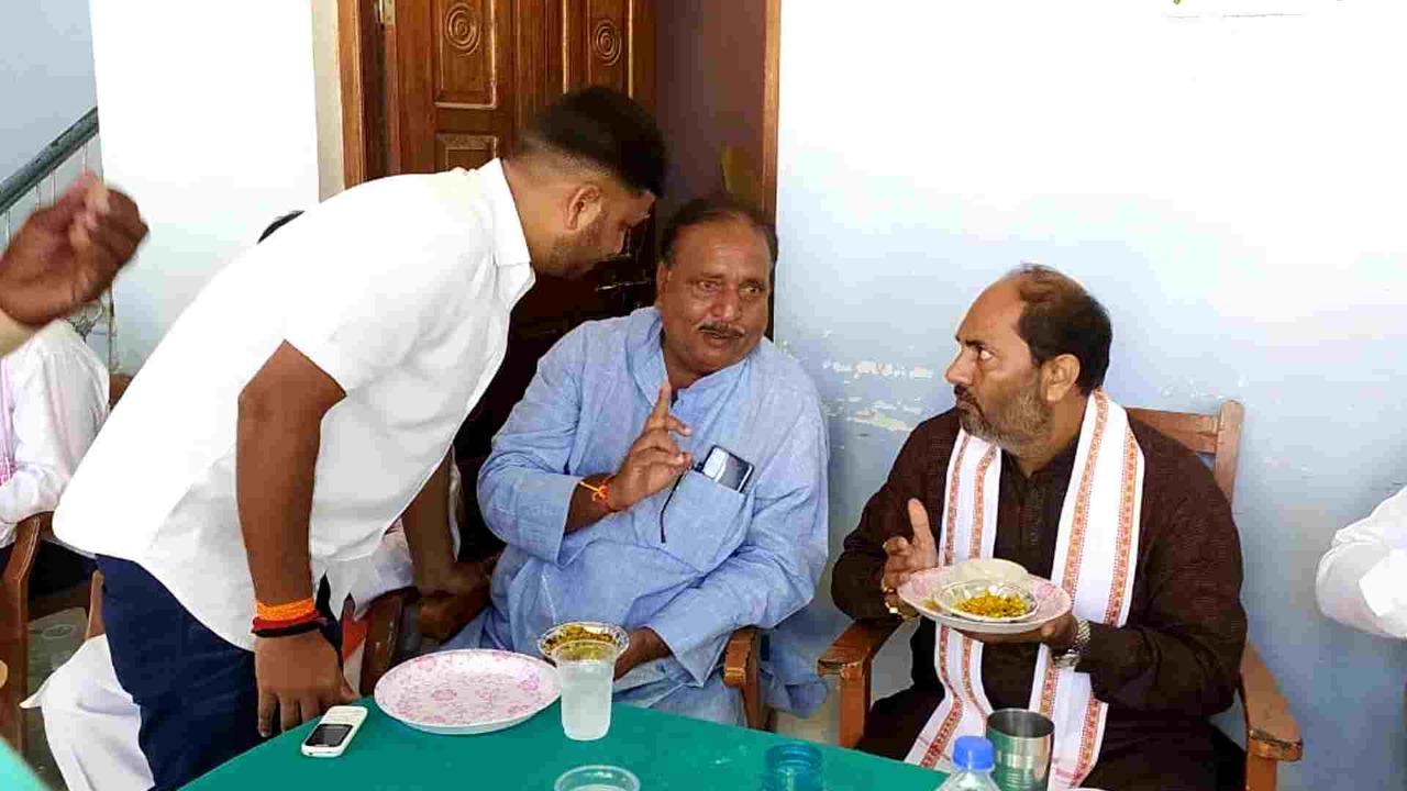 बाराचवर ब्लॉक प्रमुख ब्रजेंद्र सिंह को, जीत की बधाई देने पहुंचे खेल राज्यमंत्री उपेंद्र तिवारी
